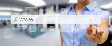 Frau, die auf Internet mit digitaler Tastwebadressestange surft Lizenzfreies Stockbild