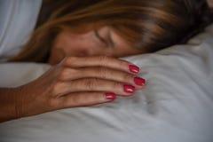 Frau, die auf Kissen schläft Stockfotos