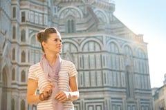 Frau, die auf Kopienraum in Florenz schaut Stockbild