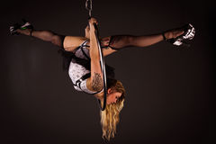 Frau, die auf lyra trainiert Stockfotografie