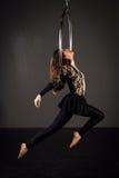 Frau, die auf lyra trainiert Stockbild