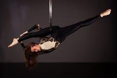 Frau, die auf lyra trainiert Stockfotos
