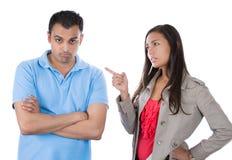 Frau, die auf Mann als ob zeigt, um unartigen Jungen zu sagen, weil er etwas falsch tat stockfotos