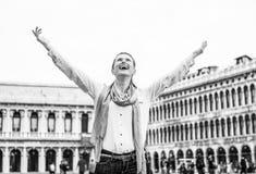 Frau, die auf Marktplatzsan-marco in Venedig, Italien sich freut Lizenzfreie Stockbilder