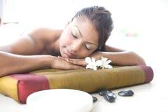 Frau, die auf Massagebett sich entspannt Stockfotos