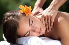 Frau, die auf Massagetabelle am Badekurort liegt Lizenzfreie Stockfotografie