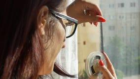 Frau, die auf 8 Millimeter-Spule schaut stock footage