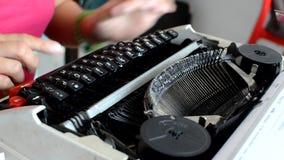 Frau, die auf Minischreibmaschine der alten Weinlese schreibt stock video footage
