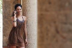 Frau, die auf Mobiltelefon spricht Lizenzfreie Stockbilder