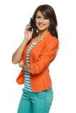 Frau, die auf Mobiltelefon spricht Stockfotografie