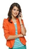 Frau, die auf Mobiltelefon spricht Lizenzfreies Stockfoto