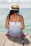 Frau, die auf Mole sitzt Stockbilder