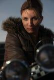 Frau, die auf Motorrad sitzt Lizenzfreie Stockbilder