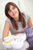 Frau, die auf Nahrung denkt Stockbild