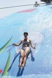 Frau, die auf nassem Luftblasenspielpool spielt Stockbilder