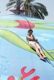 Frau, die auf nasses Luftblasenspielpool schiebt Lizenzfreie Stockfotos