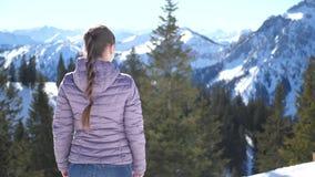 Frau, die auf die Oberseite des Berges denkt stock video