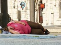 Frau, die auf Philadelphia-Straße schläft Lizenzfreie Stockfotos