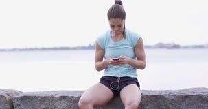 Frau, die auf Promenade nach Lauf sich entspannt stock video