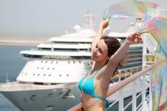 Frau, die auf Reiseflugzwischenlageplattform im Bikini steht lizenzfreies stockfoto