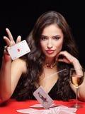 Frau, die auf roter Tabelle spielt stockbild