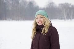 Frau, die auf schneebedecktes Feld geht Lizenzfreies Stockfoto