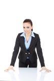 Frau, die auf Schreibtisch sich lehnt Stockfotografie