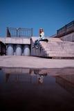 Frau, die auf Schritten sich entspannt Stockbilder