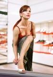 Frau, die auf Schuhen versucht stockfotos