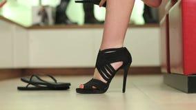 Frau, die auf Schuhen versucht stock footage