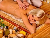 Frau, die auf seinem Magen erhält Massage liegt Stockfoto