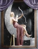 Frau, die auf sichelförmigem Mond mit Pfeil und Bogen sitzt Stockbilder