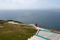 Frau, die auf Skyline-Spur in Nova Scotia geht Stockbild