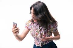 Frau, die auf Smartphone schreit Stockbilder