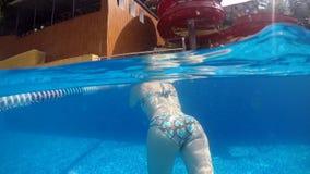 Frau, die auf Sommer-Ferien schnorchelt stock video footage