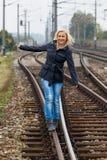 Frau, die auf Spur balanciert. Entscheidungen Lizenzfreie Stockbilder