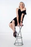 Frau, die auf Stabstuhl sitzt stockfotografie
