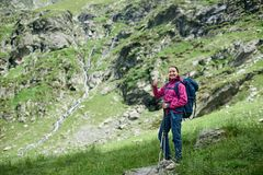 Frau, die auf Stein am Fuß Fagaras-Bergen steht Lizenzfreie Stockfotos