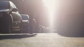 Frau, die auf Straße mit Autoreihen, Mangel an Parkplatz im Wohngebiet geht stock video footage