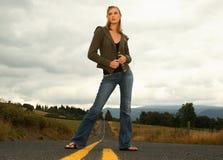 Frau, die auf Straße steht Stockbilder