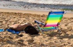 Frau, die auf Strand 2 ein Sonnenbad nimmt Stockbilder