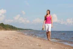 Frau, die auf Strand geht Lizenzfreies Stockfoto
