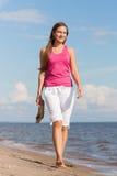 Frau, die auf Strand geht Lizenzfreie Stockfotografie