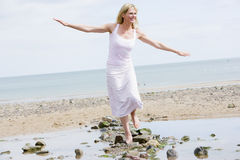 Frau, die auf Strand geht Stockfotografie