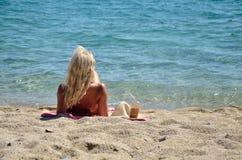 Frau, die auf Strand genießt Stockfotografie