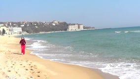 Frau, die auf Strand läuft stock footage
