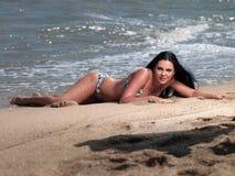 Frau, die auf Strand liegt Stockfotos