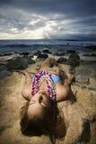 Frau, die auf Strand liegt. Lizenzfreies Stockfoto