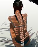 Frau, die an auf Strand mit interessanter Rückseite des Schattens stationiert Lizenzfreies Stockbild