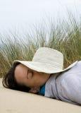 Frau, die auf Strand sich entspannt Lizenzfreie Stockfotos
